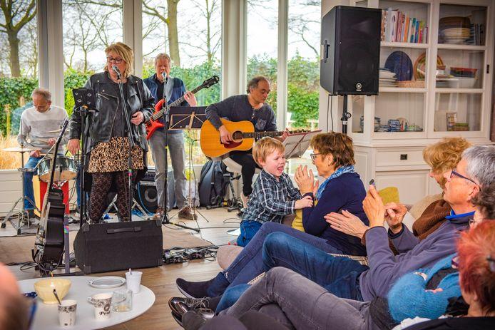 In februari trad de coverband High Fun op in een huiskamer aan de Benthuizenstraat als onderdeel van Gluren bij de Buren. Bij de thuiseditie 'gluurt' het publiek digitaal mee.