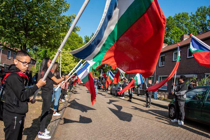 Bewoners van Molukse afkomst vlaggen in 2020 in de Gennepse vogelwijk.