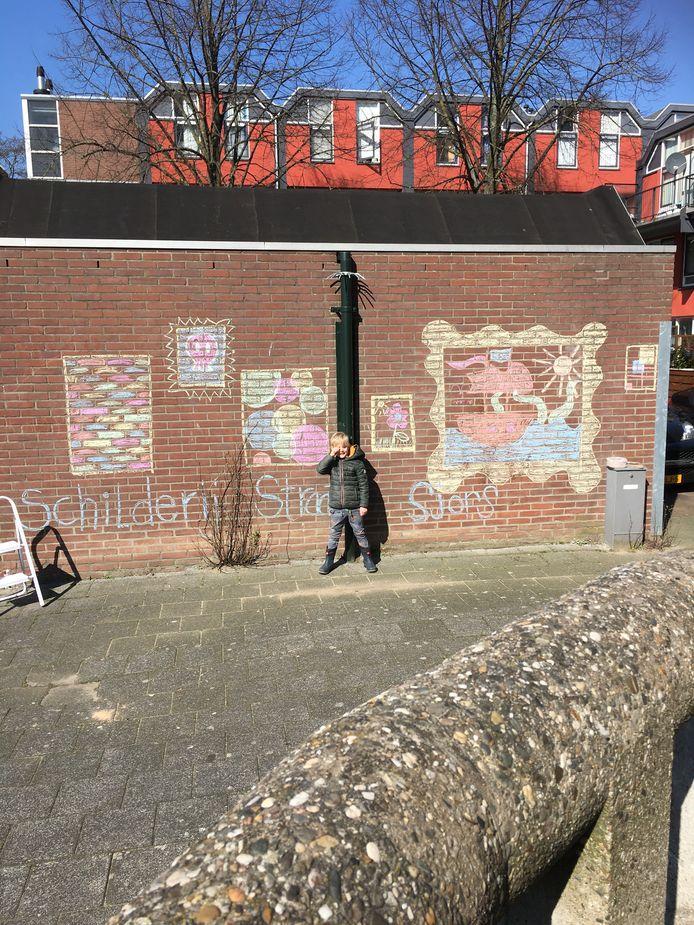 Renate Franken: 'De foto is gemaakt in Dordrecht, in het Stek. Sjors had een schoolopdracht: maak een kunstwerk met stoepkrijt. Het werden er iets meer dan één... samen met zijn moeder heeft hij een schilderijenstraat gemaakt waar de hele buurt van kan genieten!'