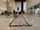 In de Bergkerk ligt op de vloer een lichtkruis, gemaakt door bezoekers.