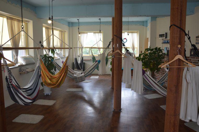 Hangmatten in een slaapcafé  Beeld casper van der veen