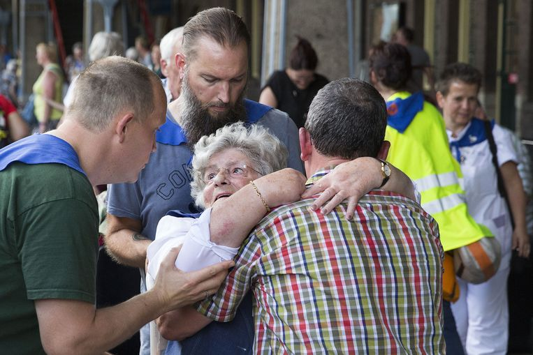 Verzorgers en vrijwilligers helpen zieke en gehandicapte bedevaartgangers. Beeld Arie Kievit
