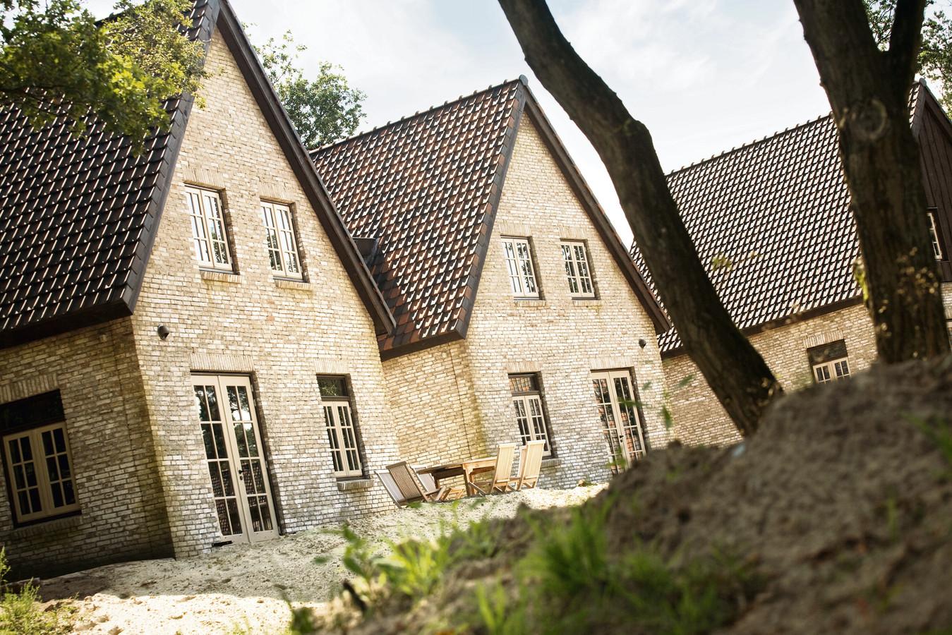 Een bungalow van Efteling-vakantiepark Bosrijk.  In een van de huisjes is afgelopen zomer een pornofilm ingeblikt waarbij een vrouw en meerdere mannen aan deelnamen.