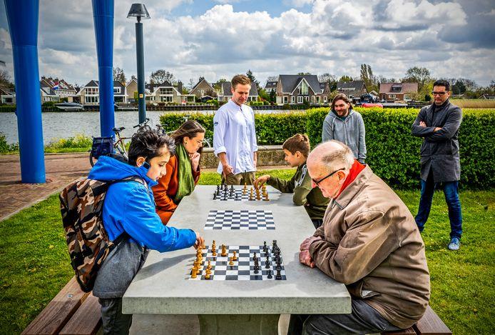 De eerste schaaktafel in Capelle is geplaatst op het Vuykterrein langs de IJssel.
