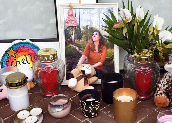 Een foto van Ichelle staat sinds kort tussen de bloemen voor de deur van haar naai-atelier.