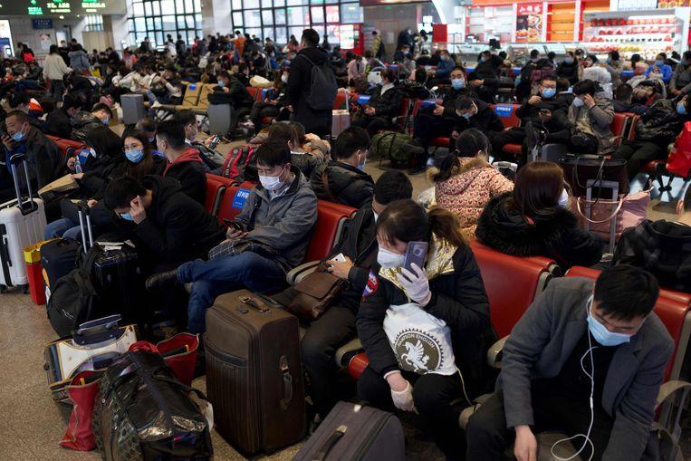 Drukte op het treinstation van Peking-West.  Beeld AFP
