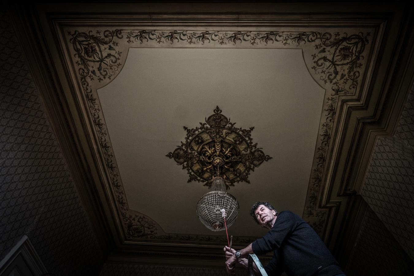 Leo Scholten legt de laatste hand aan de restauratie van een ornamentenplafond in een monumentaal Doesburgs pand.