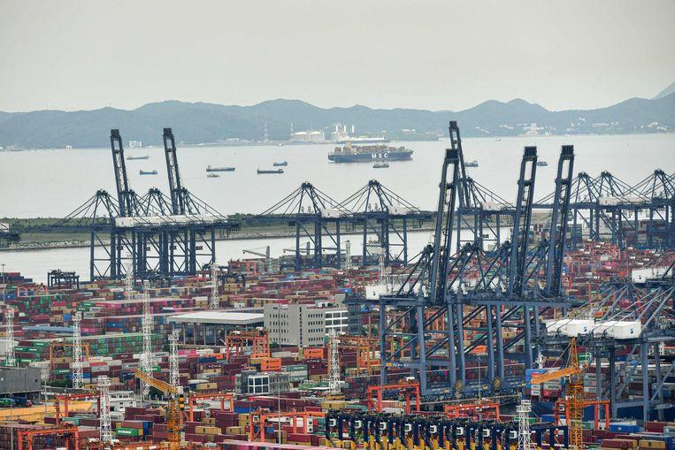De Yantian-terminal in Shenzhen in China heeft een flinke achterstand in de verwerking van scheepscontainers. De wereldhandel kan daar nog maanden last van hebben. Beeld AFP