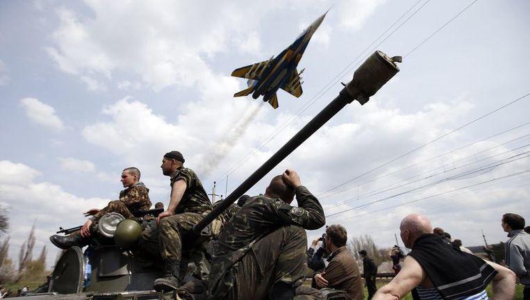 Een gevechtsvliegtuig vandaag boven Kramatorsk. Beeld REUTERS