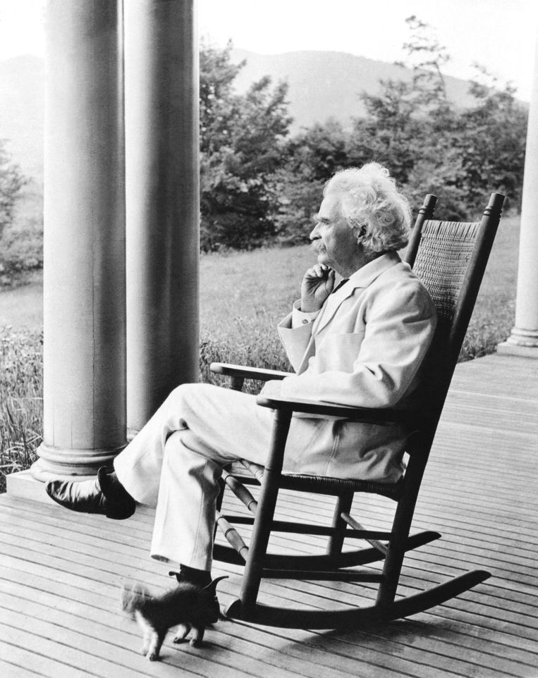 A portrait of author Mark Twain in a rocking chair on a porch, Dublin, New Hampshire, September, 1906. (Photo by Underwood Archives/Getty Images) Beeld Getty Images