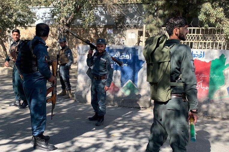 Afghaanse politie arriveren op de campus van de universiteit van Kaboel.  Beeld AP