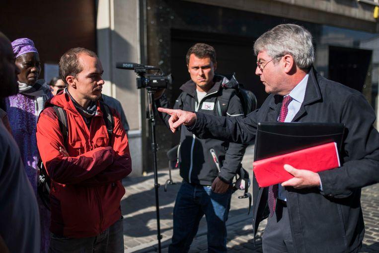 Deurwaarder Johan Verhoeven in discussie met de vereniging La Voix des sans-papiers.