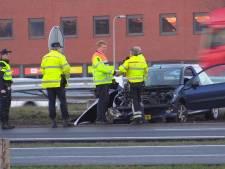 Auto raakt vangrail op A35 bij Enschede, bestuurder naar ziekenhuis