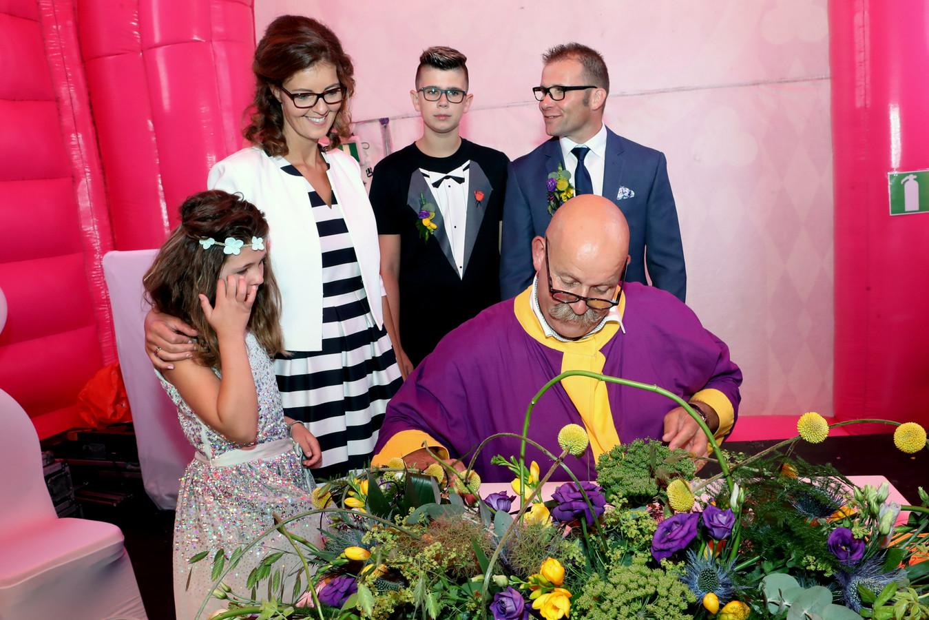 Trouwambtenaar Willy Meulenveld werkte graag mee aan het bijzondere huwelijk.