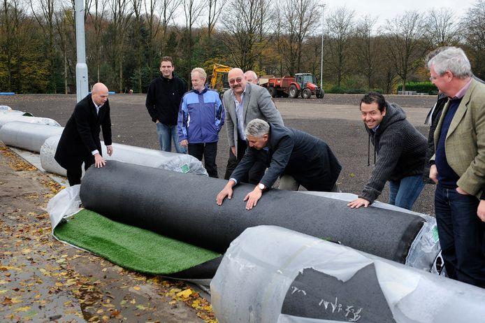 De start van de aanleg van nieuwe kunstgrasvelden voor de Arnhemse club SML (voetbal) en Upward (hockey), in 2010.