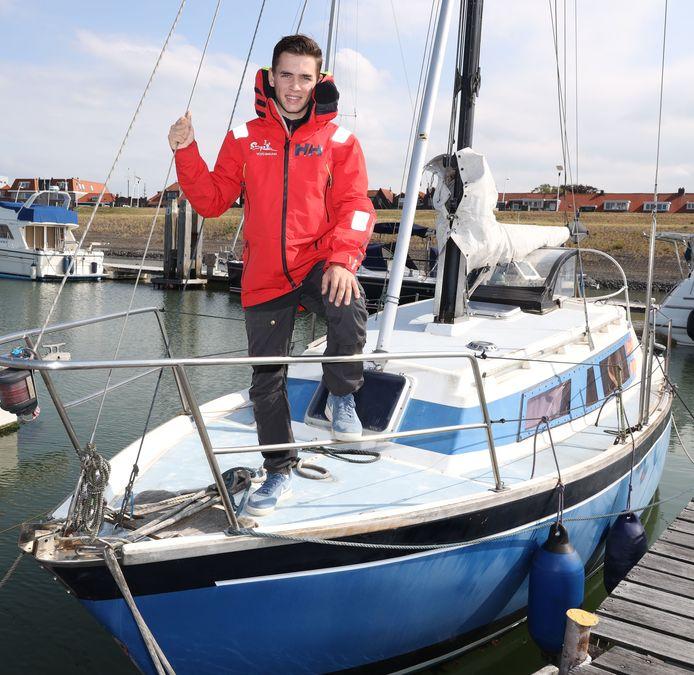 """Michiel Goegebeur op de boot van zijn vader, waarmee hij het zeilen leerde. Ik ben niet groot of fysiek de sterkste, maar kan dat compenseren door slim te zijn en mijn inzicht te tonen."""""""