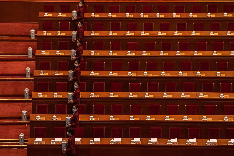 In voorbereiding op het Nationaal Volkscongres dat vrijdag begint, brengen gastvrouwen de Grote Hal van het Volk  in gereedheid. Beeld EPA