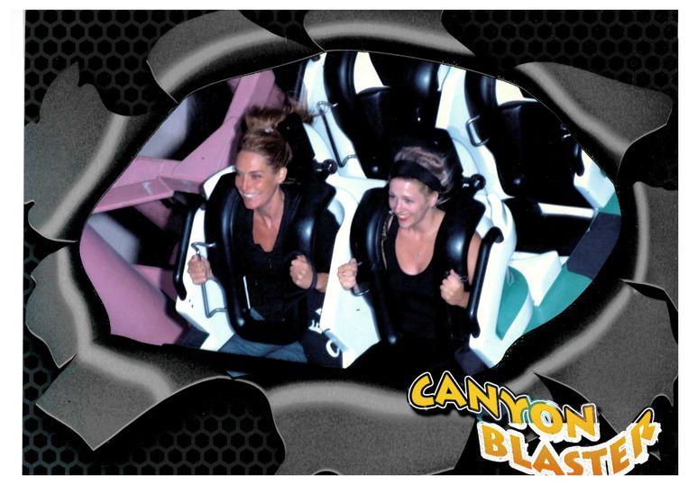 Fotograaf Ellis Regina Jansen (links) en Emma Curvers in de Canyon Blaster in Circus Circus, Las Vegas. Beeld