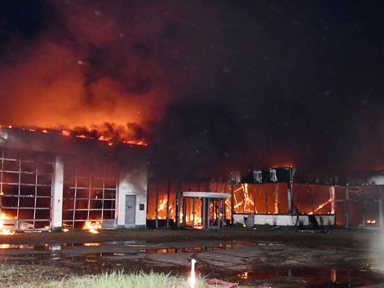 Grote brand legt voormalige Renault-garage in Goes in de as