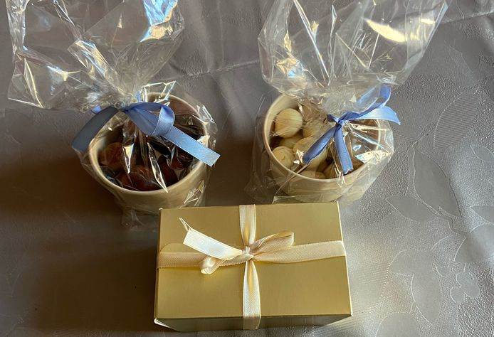 De marsepeinpatatjes zijn te koop in doosjes of zakjes.
