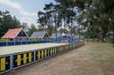 De boarding van een voetbalveld op Droompark De Zanding in Otterlo in het geel-zwart, de kleuren van Vitesse.