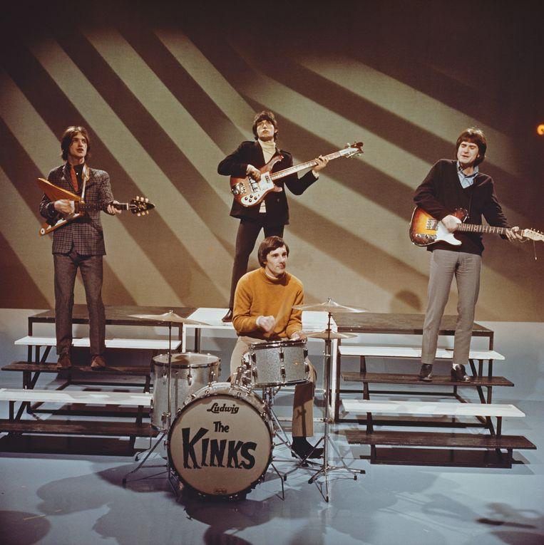 The Kinks in 1965. Van links naar rechts: Dave Davies, Pete Quaife, Mick Avory (achter het drumstel) en Ray Davies. Beeld Redferns
