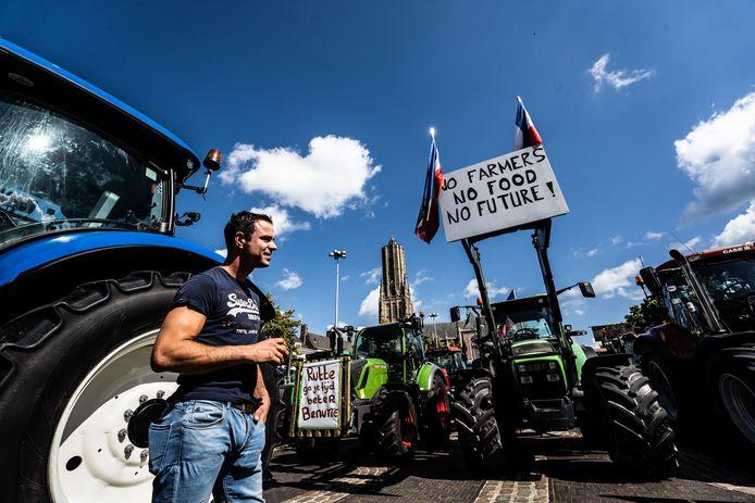 Op de tractors hangen allerlei leuzen.