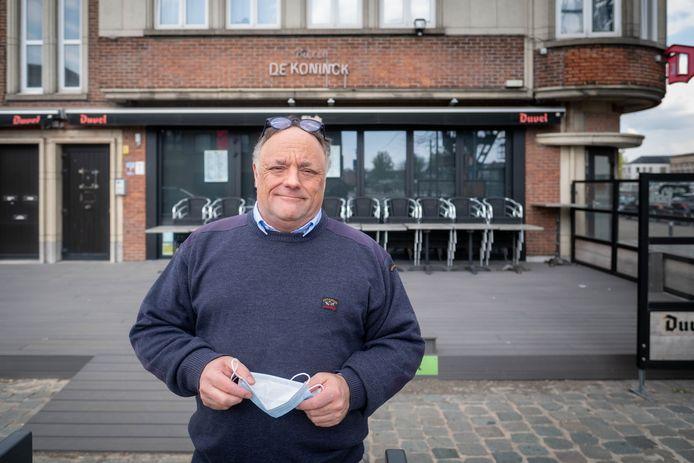 Viroloog Marc Van Ranst aan het terras van café 't Fabrik