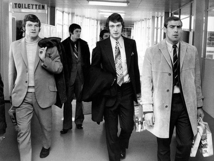 Vlnr: Johan Devrindt, Maurice Martens, Wilfried Puis (half verborgen), Erwin Vandendaele en Raoul Lambert in de luchthaven van Zaventem in november 1971 na terugkeer van interland in Schotland.