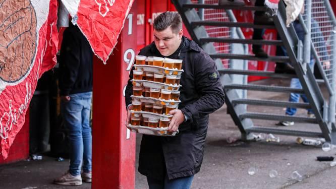 Christiaan gaat viraal met flinke lading bier in z'n armen tijdens FC Twente - Willem II: 'Het was geen record'