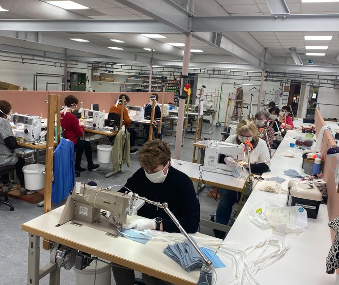 De coupeuses maken nu mondkapjes in het naaiatelier van Van Tilburg in Nistelrode