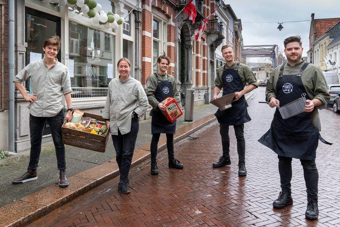 Sander Bouwmans, Jeroen de Boer en Tim Bouwmans (de drie rechts op de foto) openen na de Kakel Club nu Kakelvers aan de Citadellaan