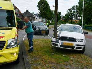 Auto ramt boom na botsing in Enschede: persoon naar ziekenhuis, flinke verkeershinder