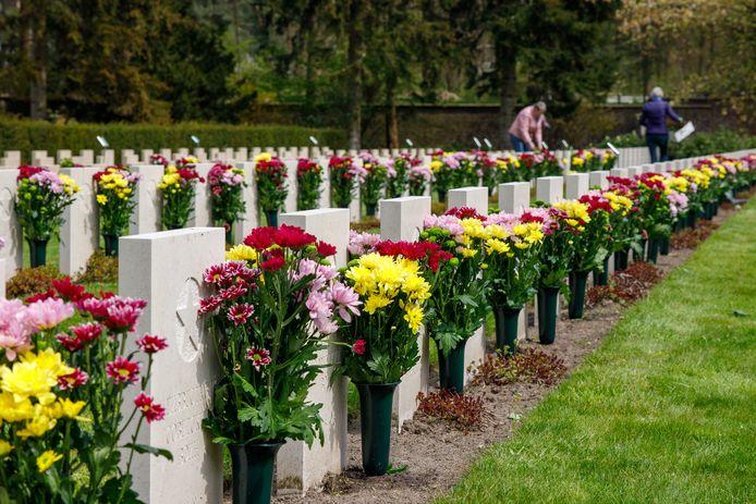 Het Sovjet Ereveld staat vol gekleurde bloemen.