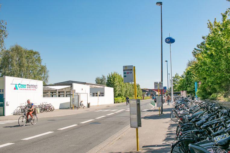 De achterkant van het station van Sint-Niklaas.
