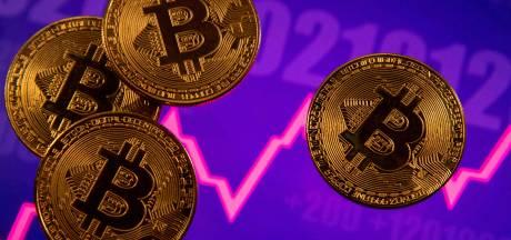 Après un pic à 65.000 dollars, le bitcoin dégringole