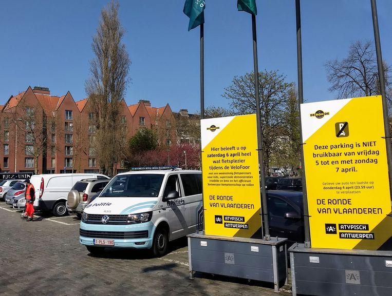 Om automobilisten over de parkeerverboden te informeren zijn in de stad op strategische plaatsen digitale tekstkarren geplaatst.