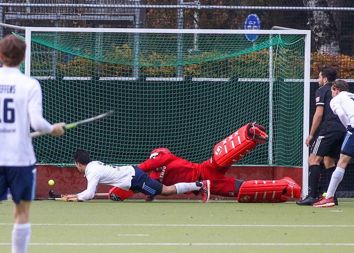Jaïr van der Horst maakt het enige doelpunt van de wedstrijd.
