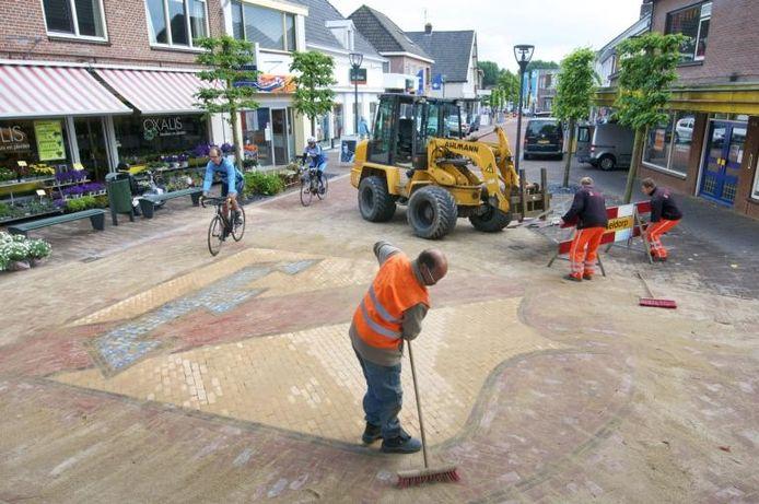 Met nieuwe steentjes is het wapen van Rheden terug in de Groenestraat. Foto Marc Pluim