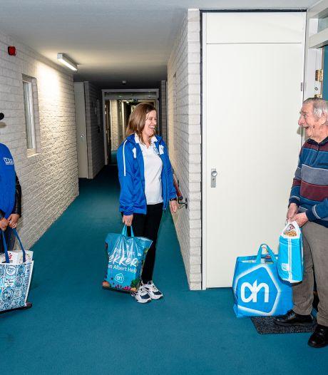 Patricia en Larissa gaan naar de supermarkt voor ouderen zoals Henk (80): 'Velen zitten verlegen om een praatje'