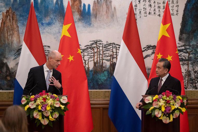 De Chinese minister van Buitenlandse Zaken Wang Yi en zijn collega Stef blok tijdens een persconferentie in Bejing.  Beeld EPA