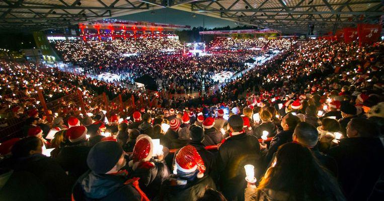 Op kerstavond zingen de Union Berlin-supporters samen kerstliederen.