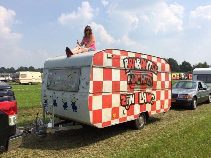 Bianca Schoenmakers met haar caravan tijdens een eerdere editie van de Zwarte Cross: 'Brabantse nachten zijn lang'.