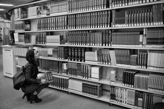 Neurologiestudente Gina Hofman in de universiteitsbibliotheek.