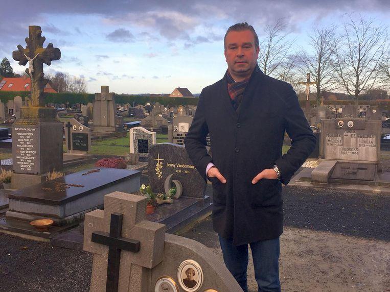 Burgemeester Claude Croes op het kerkhof in Sint-Lodewijk, dat straks wordt verfraaid.