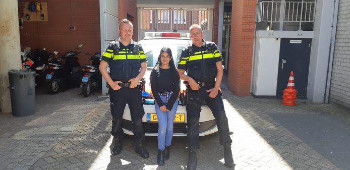 Mahreen (12) met de wijkagenten Ivor de Jong en Robbert Boom.