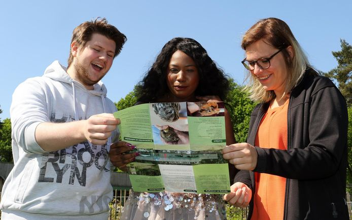 Leerlingen Levi Vanhout, Suzan Thomas en Celeste Dillen met de folder.