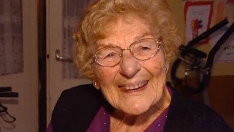 Oma Toni in een uitzending van AT5 in december 2012. Beeld ANP