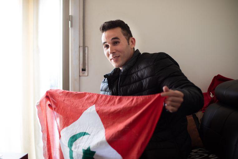Jamal Mouna met de vlag van de Rif.  Beeld Cesar Dezfuli