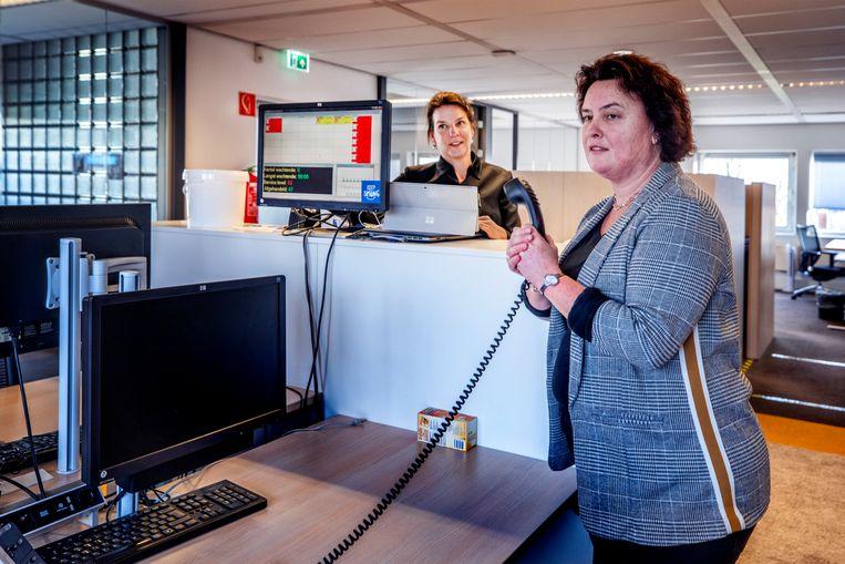 Karin Goosens (rechts) en Simone van Laar van Koninklijke Horeca Nederland in Woerden worden platgebeld door ondernemers die goede raad willen of hun hart willen luchten. Beeld Raymond Rutting / de Volkskrant